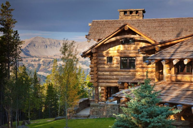 Wood Dominates the Interior of This Luxurious Big Sky Mountaintop Cabin