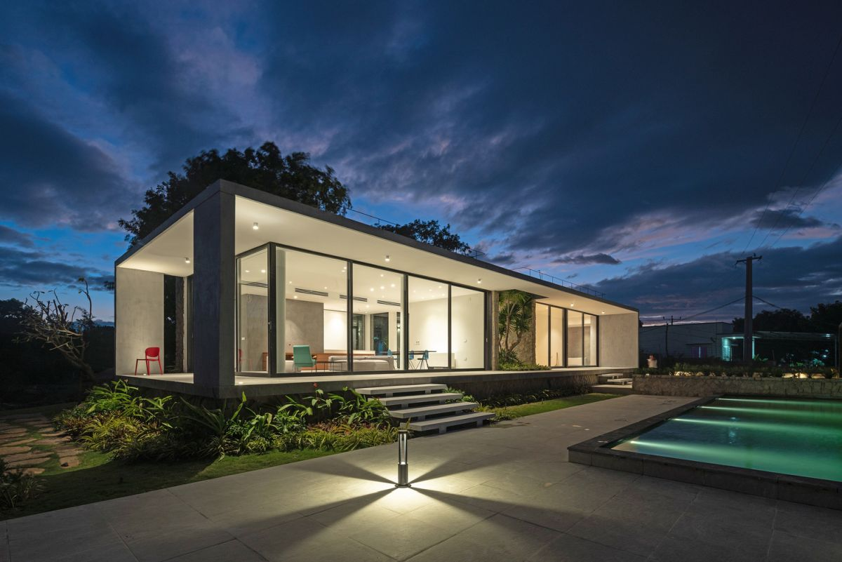 The flat roof and floor extend to form an encompassing deck around the living areas