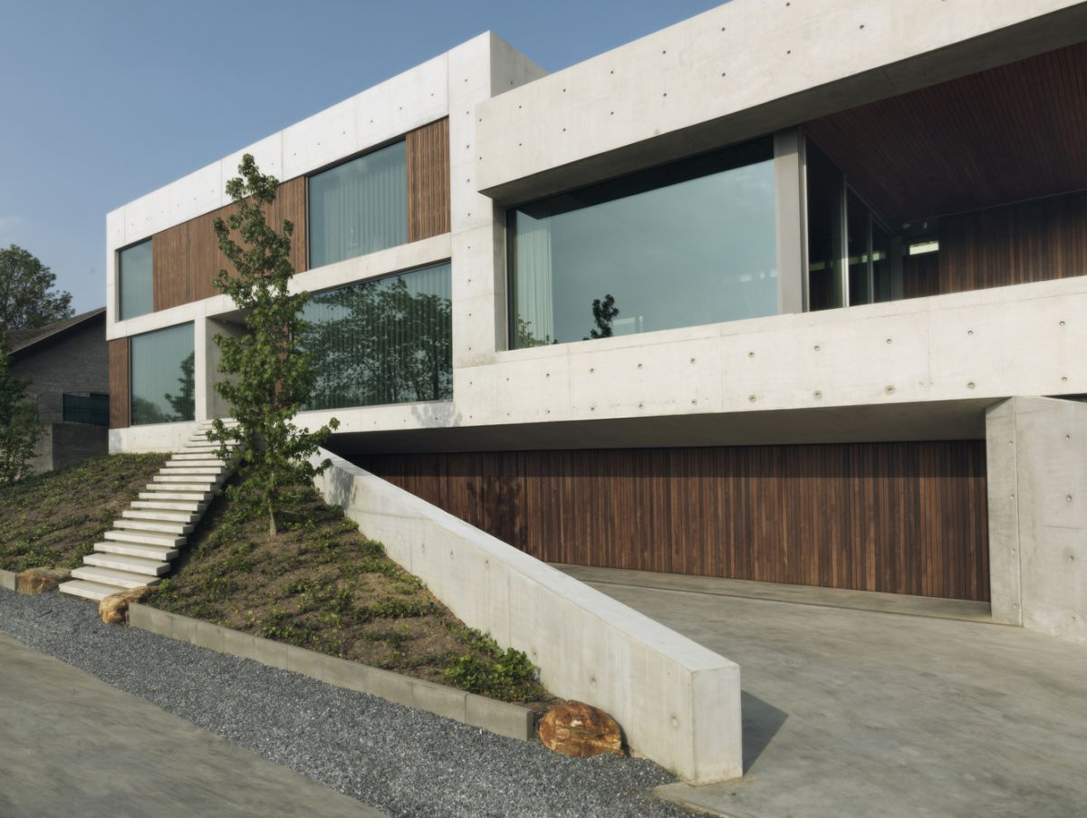 Villa 22º is a modern house built out of concrete, wood and glass