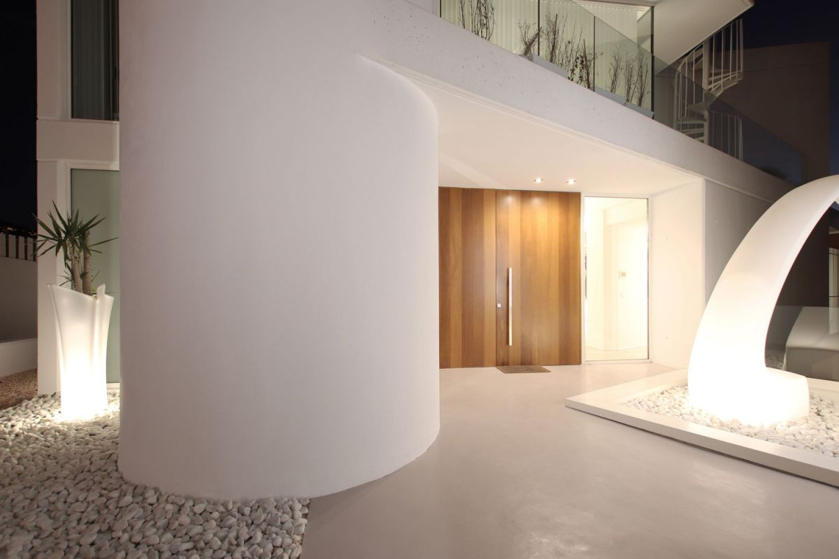 The white concrete exterior gives the house a very clean and very modern appearance
