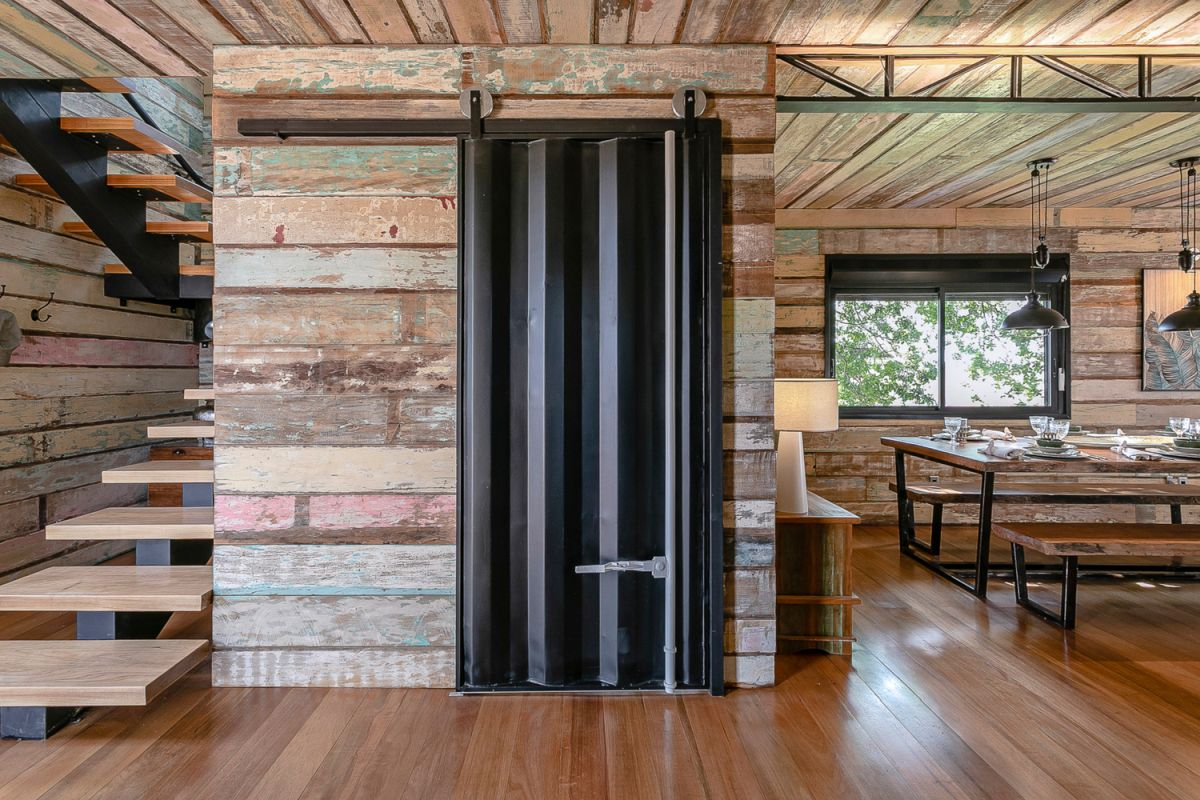 Shipping container house by Casa Container Marília - industiral barn door - Home Decorating Trends - Homedit