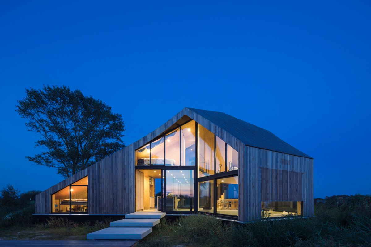 At night the house turns into a large luminary due to its large glazed surfaces