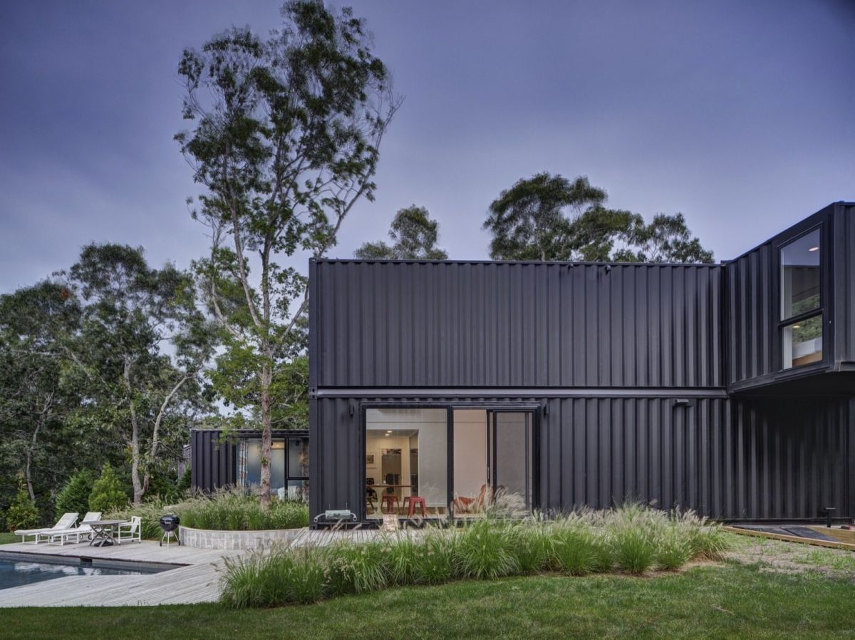 The exterior of the containers is black which allows the house to better blend into the surroundings