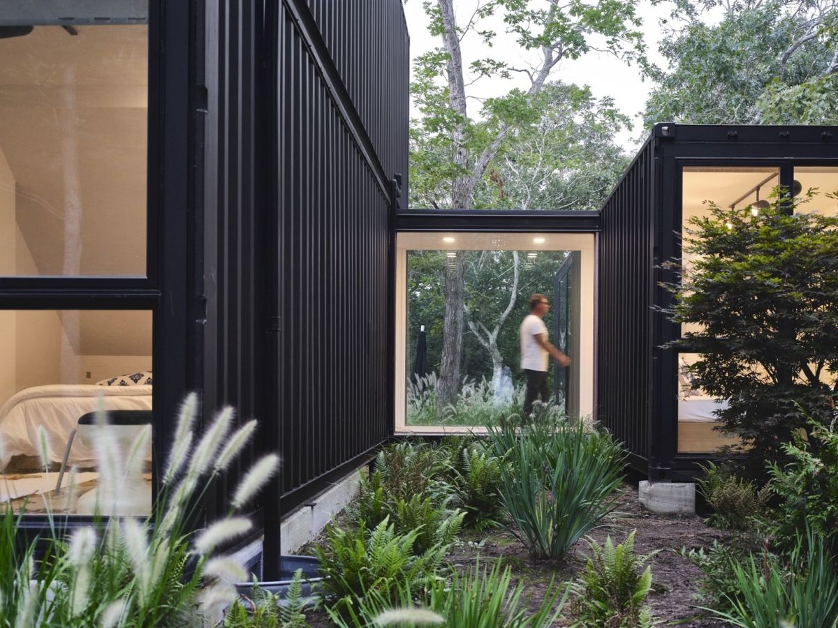 The house is structured into two main volumes connected by a glazed corridor