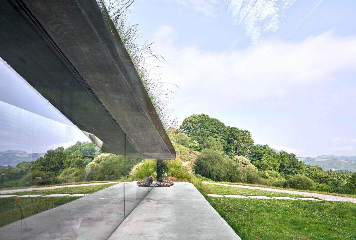 The glazed wall offers a panoramic view over the entire surrounding area