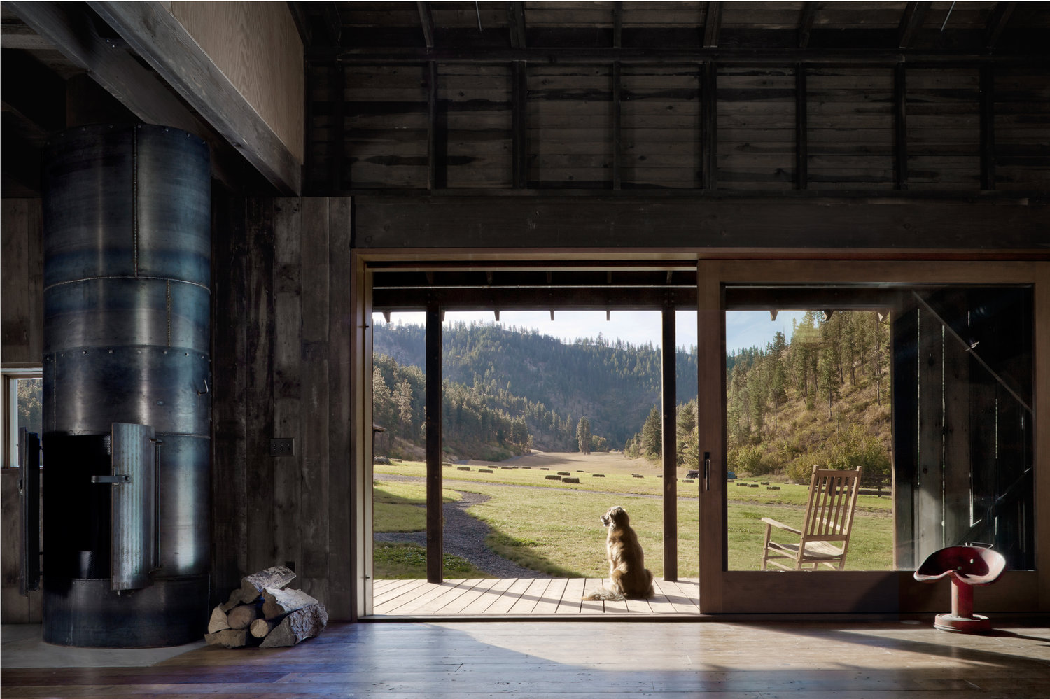 The wooden porch ensures a gradual transition between the indoor and outdoor areas