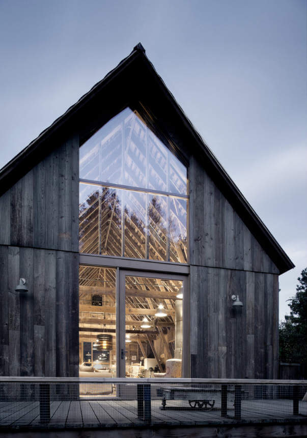 The new glazed wall sections open up the barn to its surroundings and let in lots of light