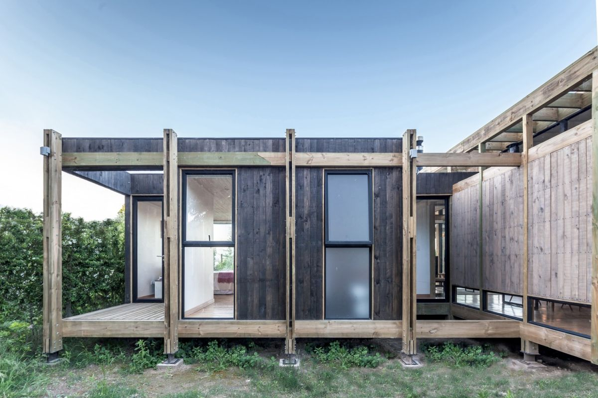 There's an exposed frame around the volumes which give the house a rather industrial vibe