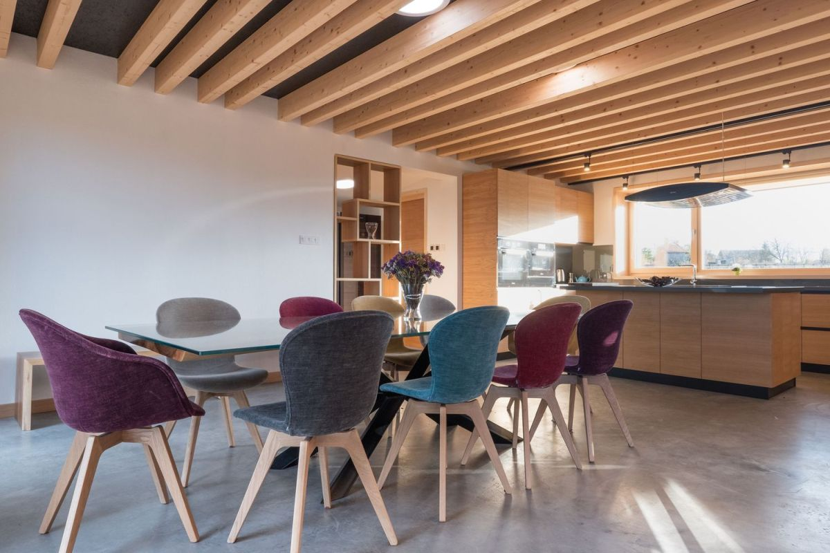 Exposed timber beams support the flat roof sections and act as design details for the social areas