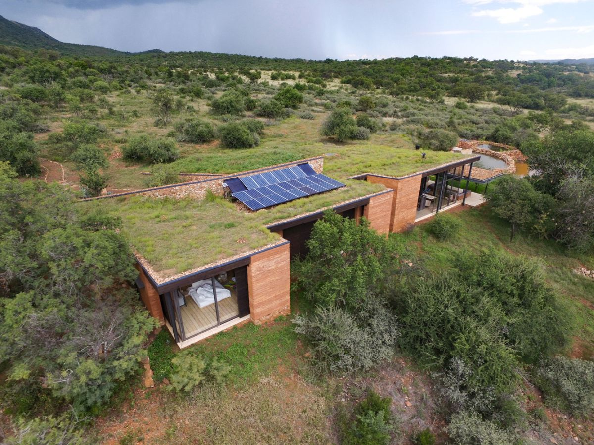 A series of photovoltaic panels installed on the roof provide the house with clean energy