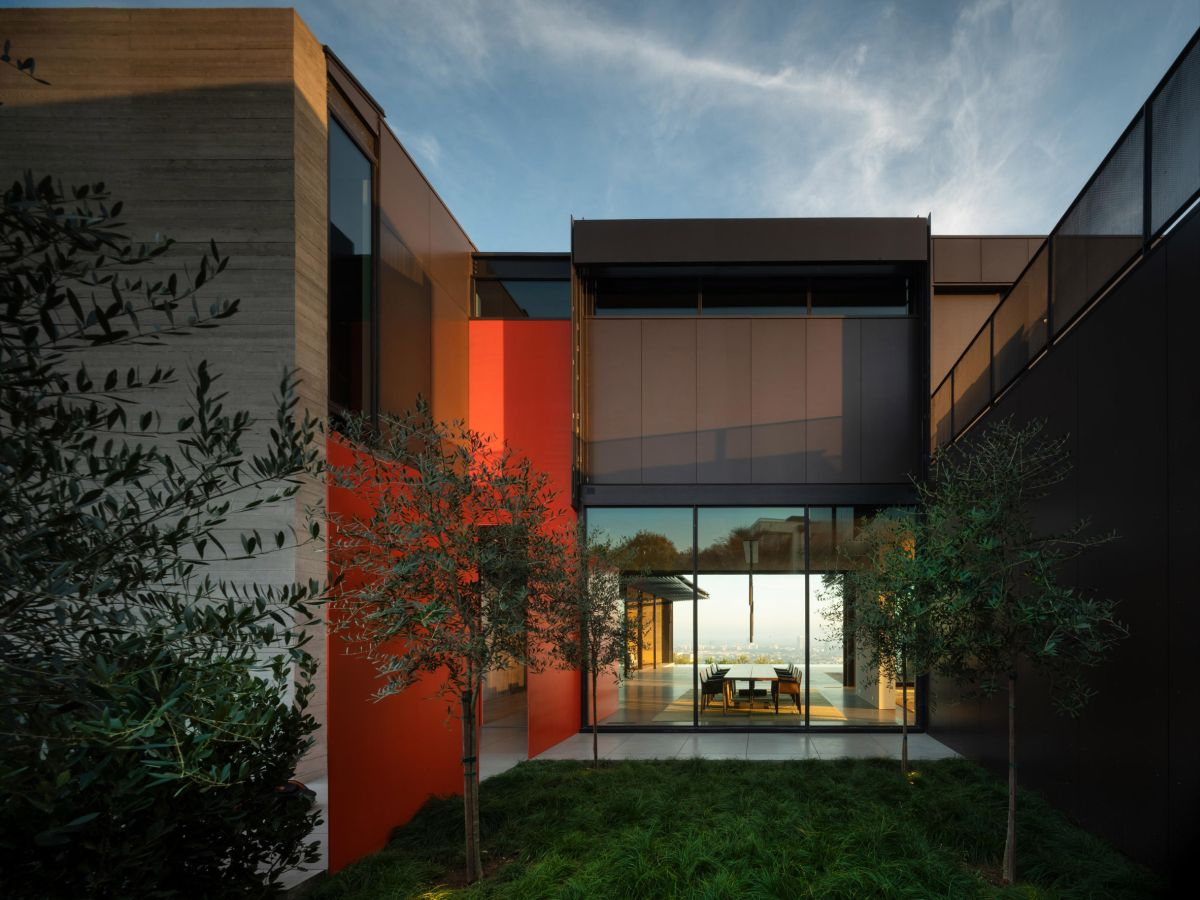 The house is composed of several intersecting volumes which create organic transitions