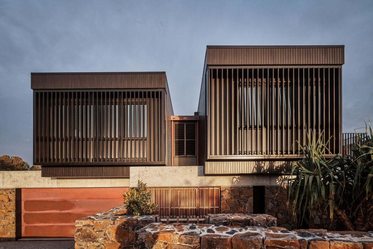 Big louvres and panels conceal the windows and enhance the privacy and security throughout the house