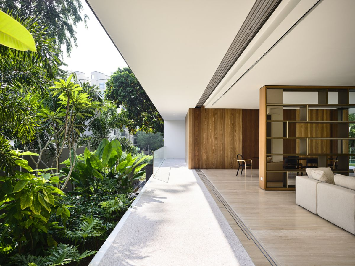 The interior sections of the house communicate directly with the exterior, in particular the lush green garden
