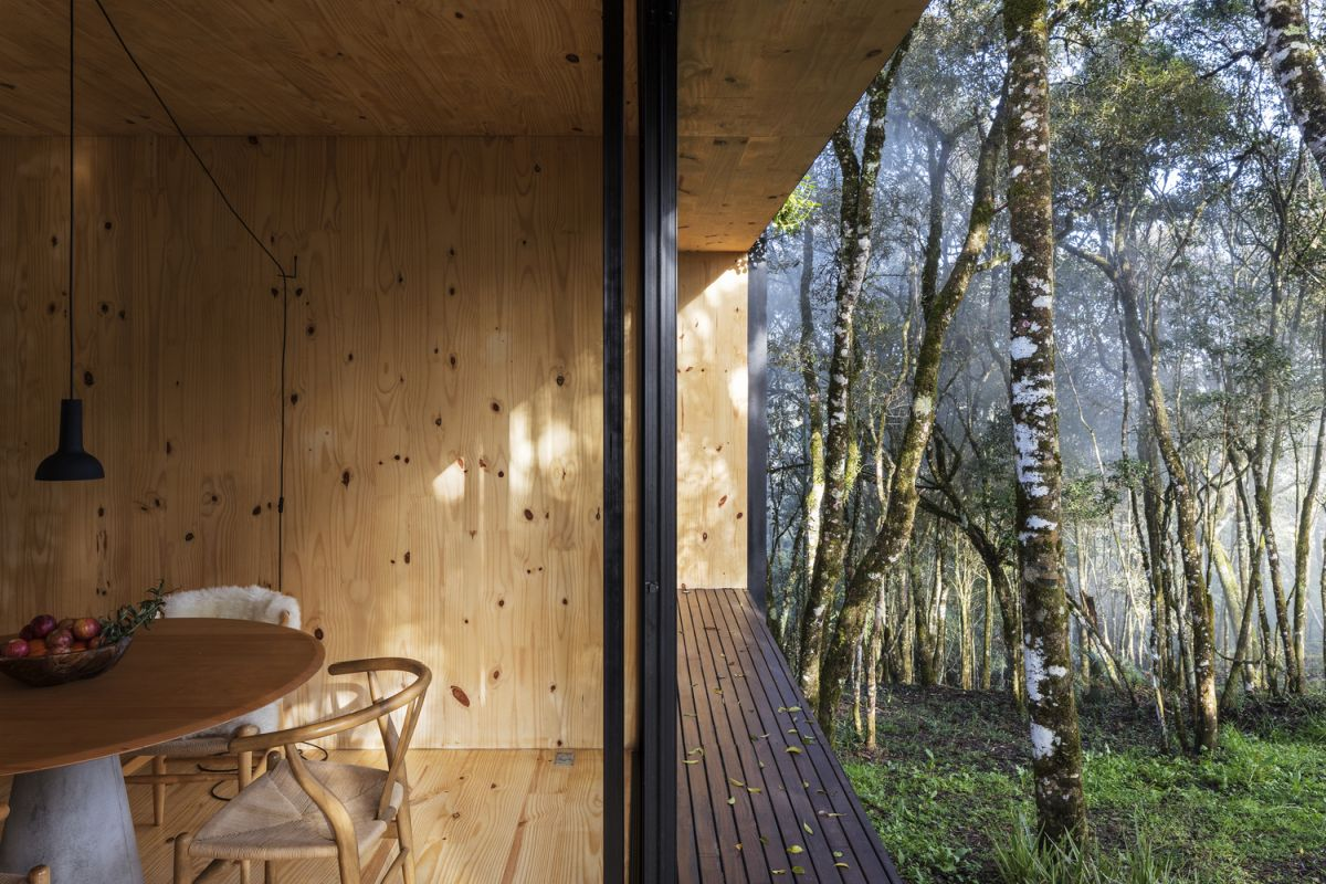 All the trees present on the site have been preserved and the cabin was carefully installed among them