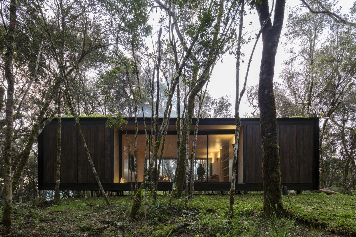 The cabin features a very simple shape with a rectangular floor plan for maximum efficiency