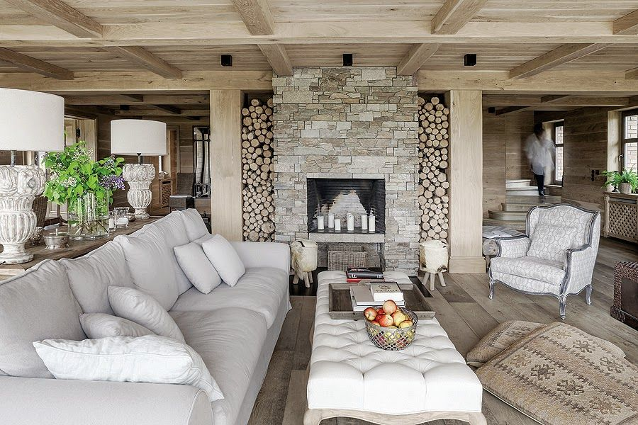 The chromatic palette used throughout the interior is limited to light and neutral colors