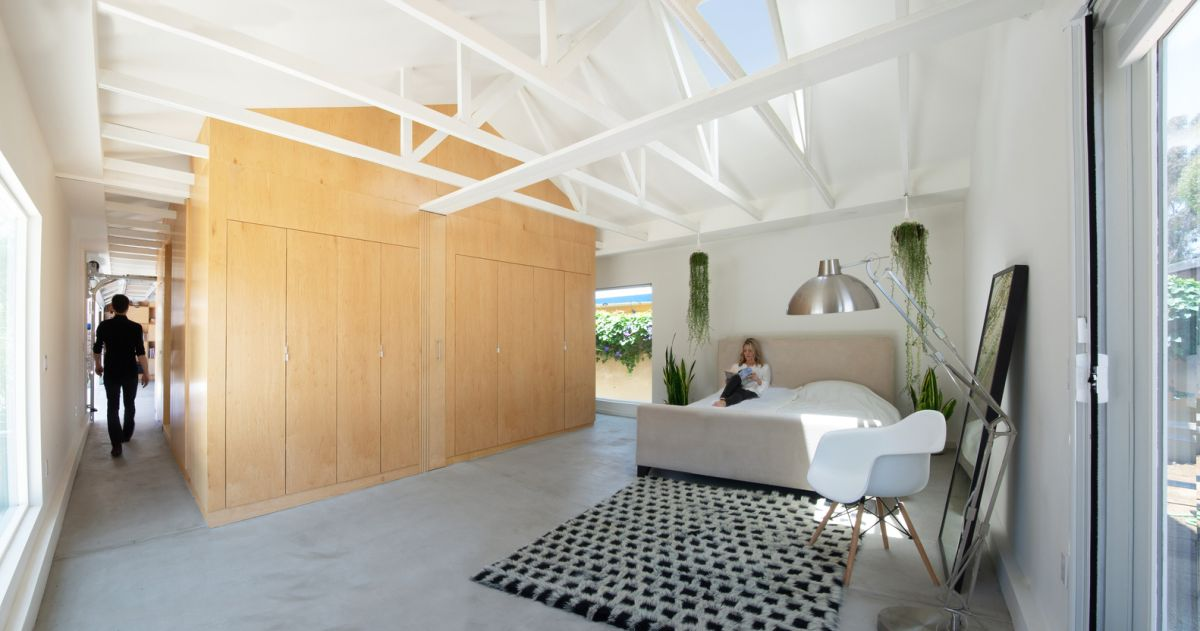 The open floor plan lacks solid dividing walls and instead these delineations are done through furniture and accessories