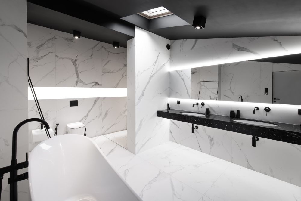 The black and white combination and the marble give this bathroom a timeless and very beautiful look