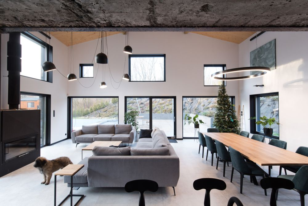 The windows are numerous and irregular which adds a certain dynamic to the design of the house