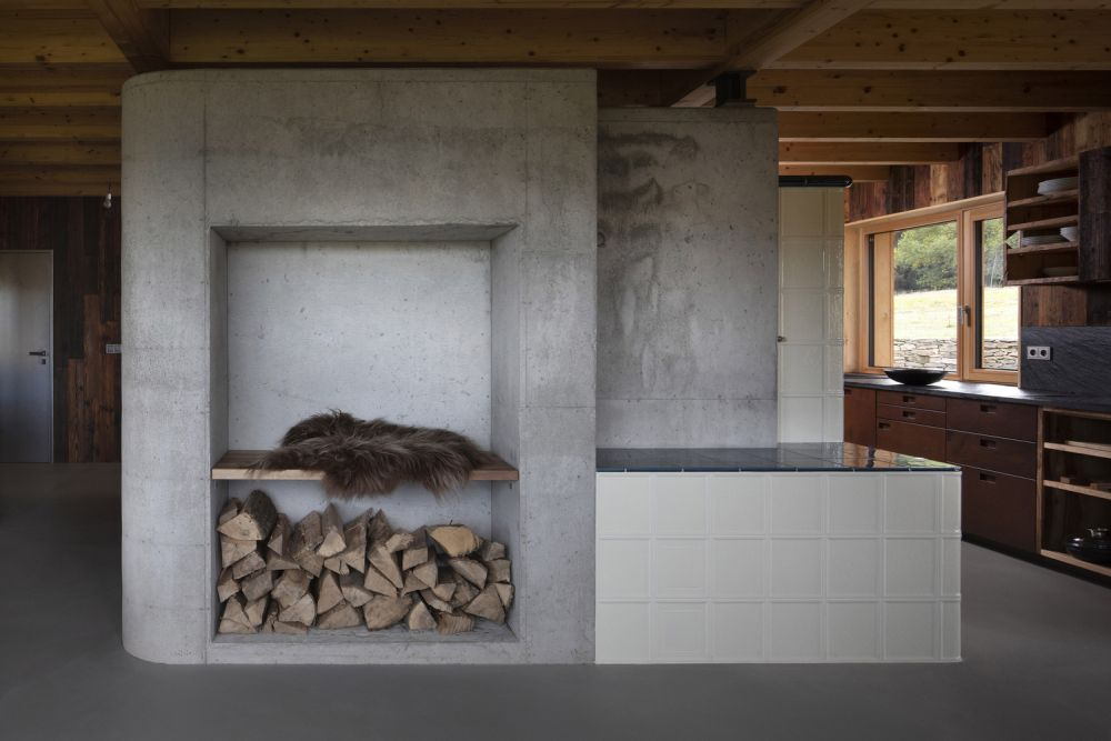 The ground floor of the chalet is dedicated to the communal spaces and makes use of concrete and wood