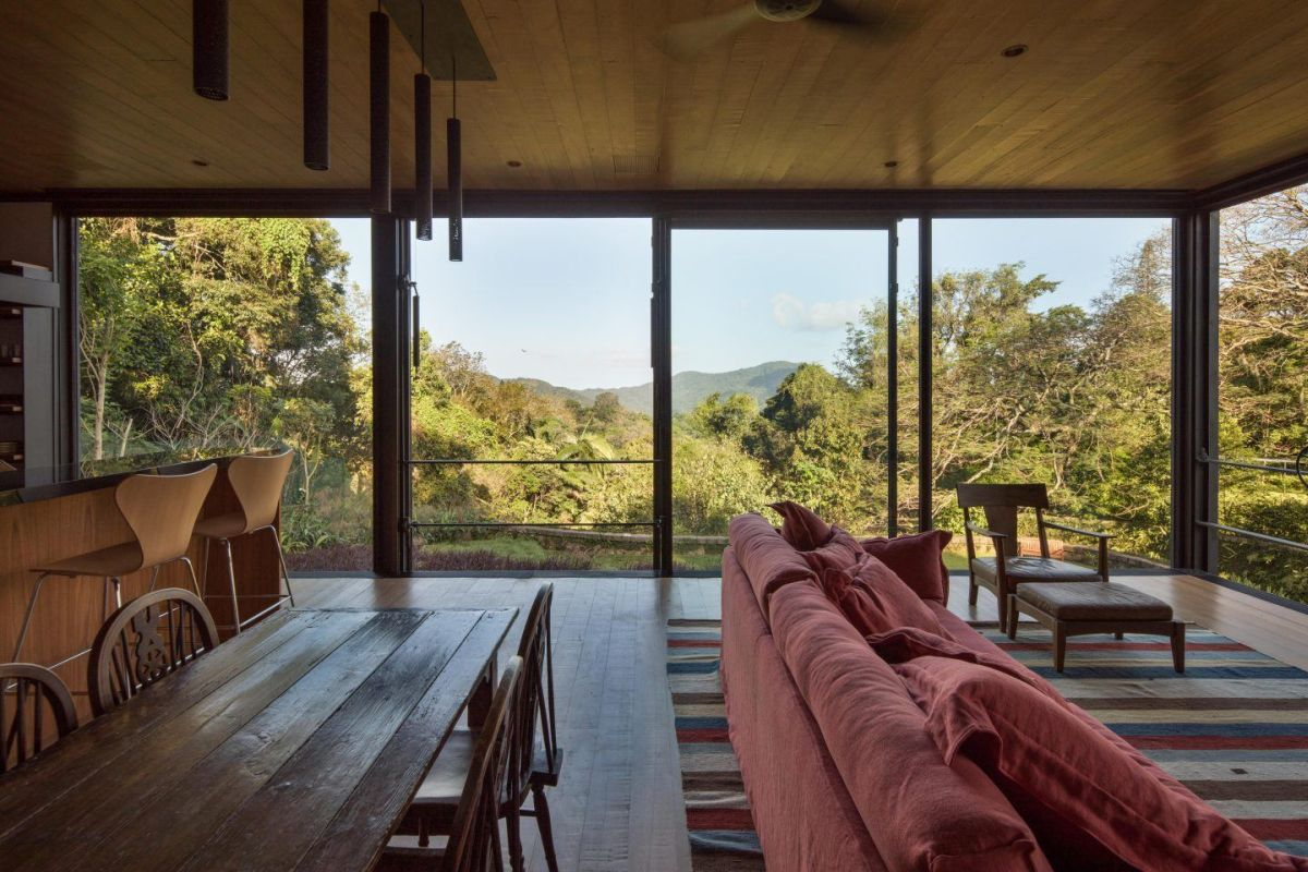 The house has manual pivot windows and retractable walls which ensure natural ventilation and panoramic in the living areas