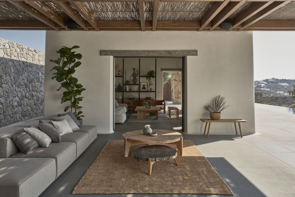 There's not a very clear distinction between the indoor and the outdoor spaces as they seamlessly complement each other