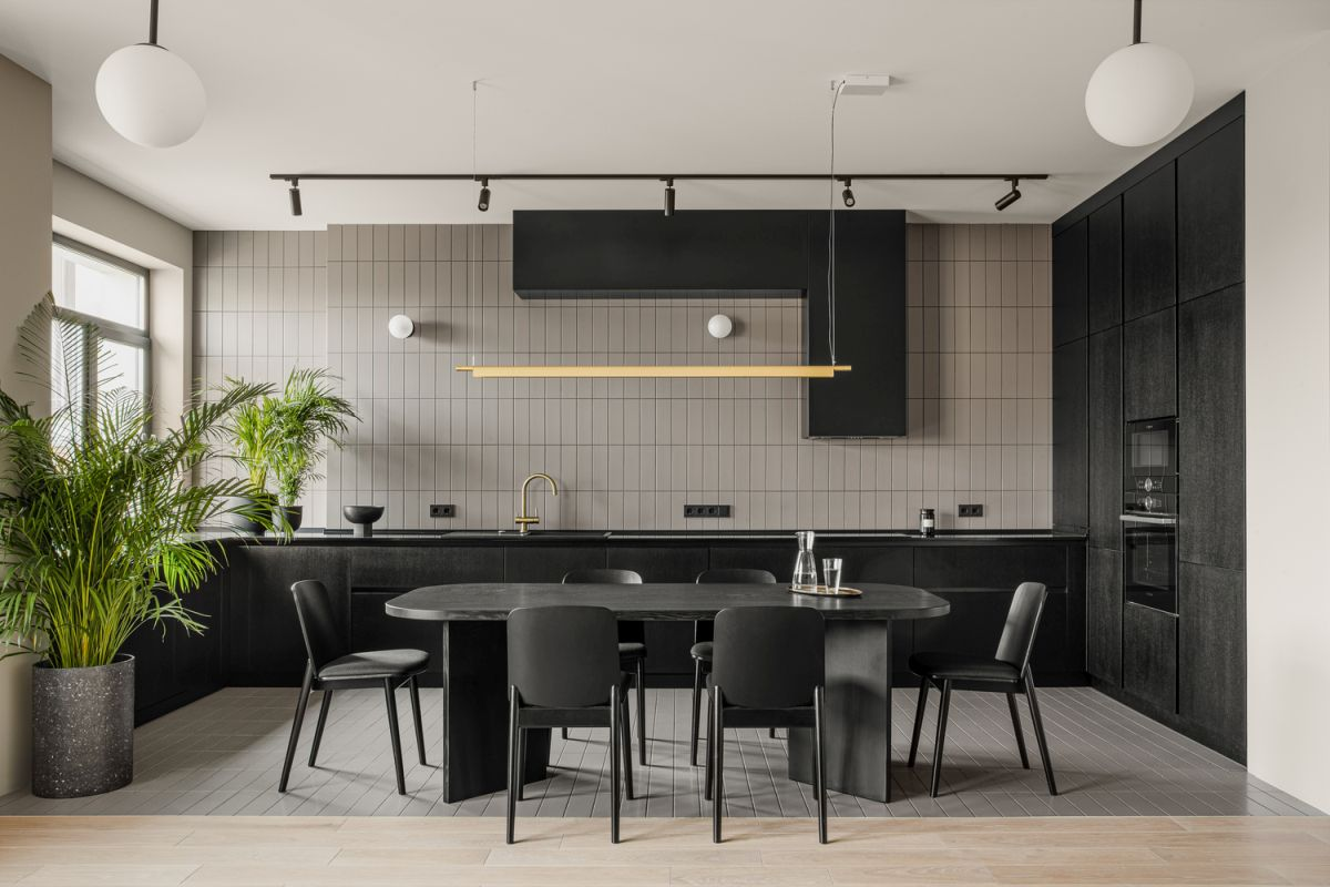 The beige tiles on the kitchen wall add verticality to the space in a very subtle manner