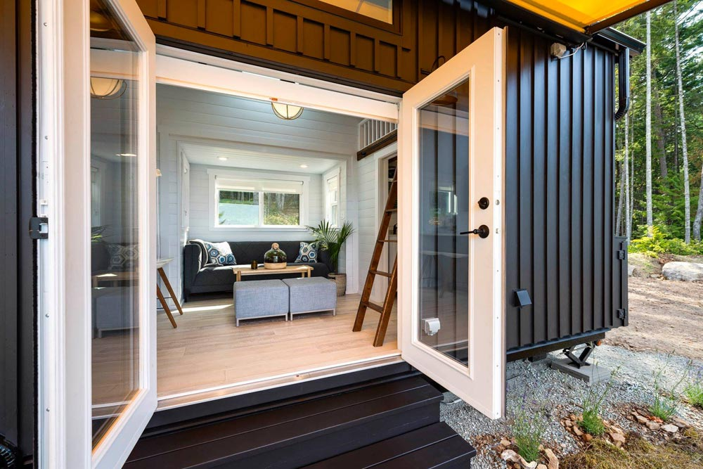 A set of double doors leads straight into the living area and open up the interior to the surroundings