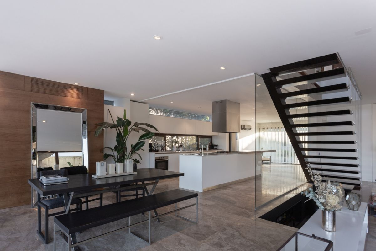 The dining area is an extension of both the living and the living room, fitting in between these spaces