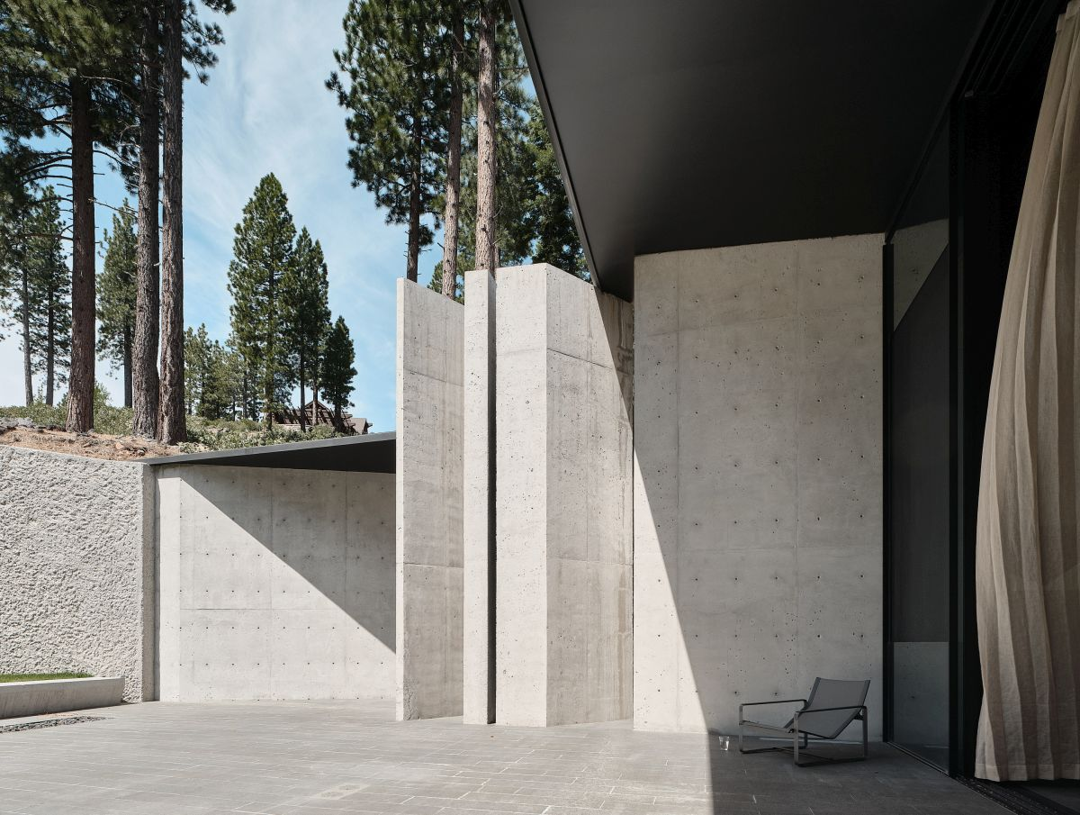 A variety of covered outdoor spaces and terraces allow the house to establish a strong connection with its surroundings