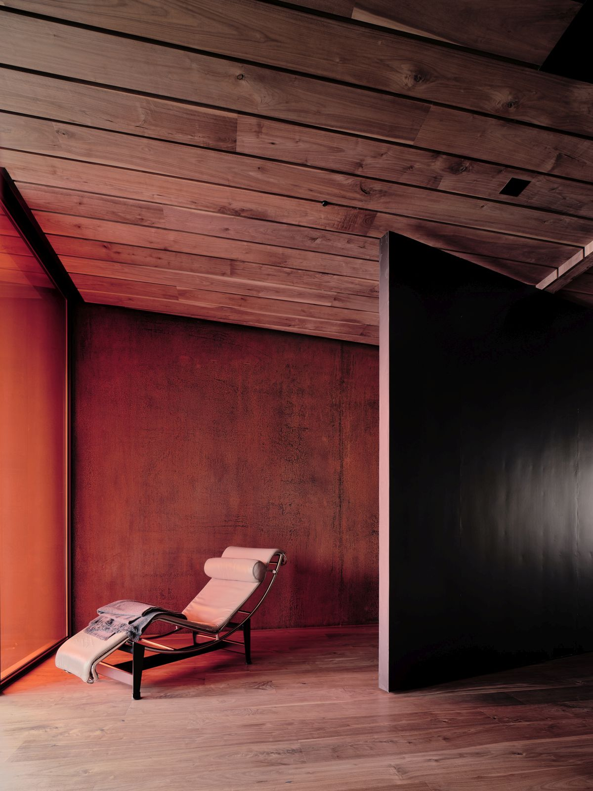 Although the house is very simple and makes use of very few materials, finishes and colors, it's also quite bold