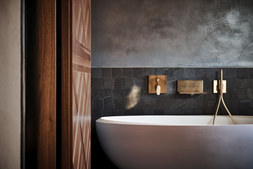Similarly, the oval tub has a very soft and delicate shape which contrast with the finish on the walls