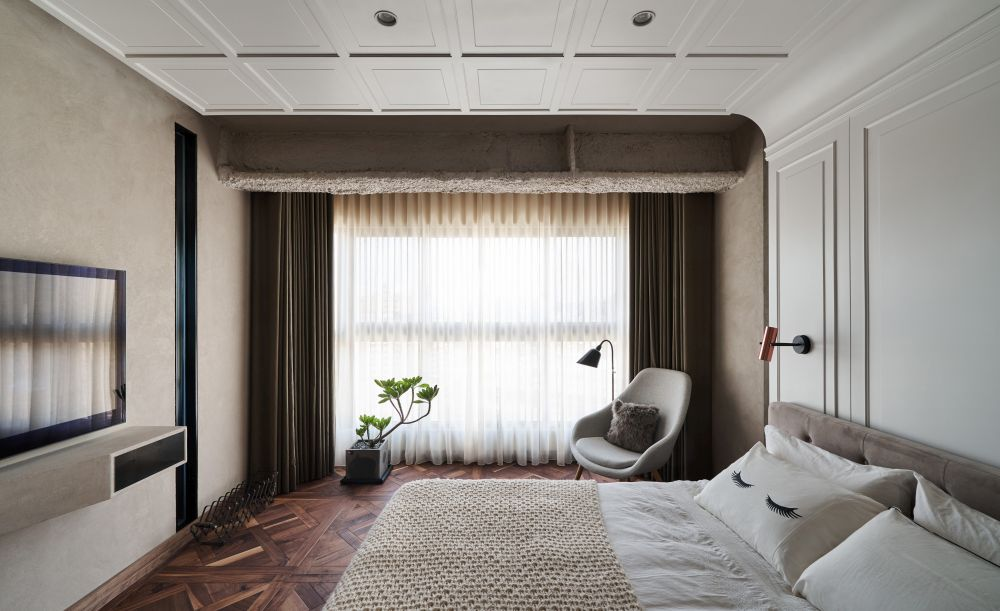 A bright and cozy decor with shades of brown and beige makes this bedroom look super chic