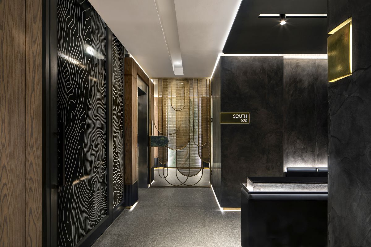 The entrance lobby is decorated with lots of brass details, LED accent lighting and a sophisticated palette of finishes in general