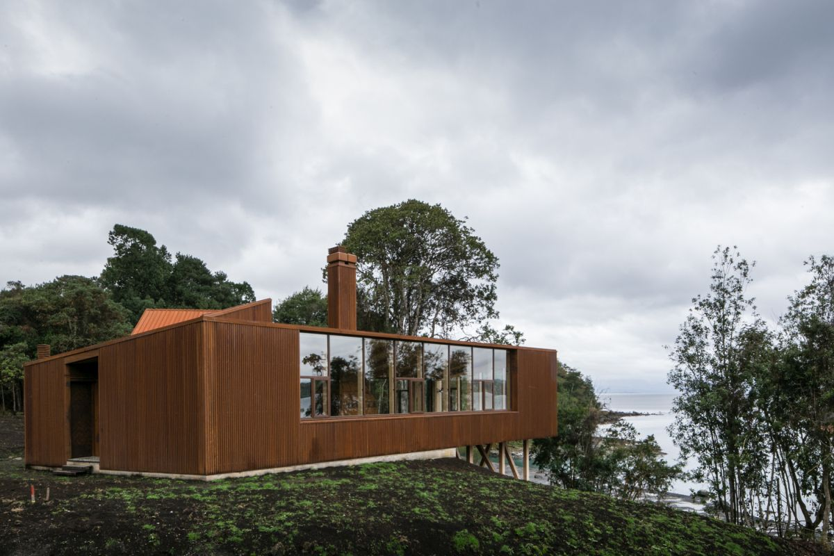 The internal areas have large windows which expose them to the beautiful panoramas of the lake and the landscape