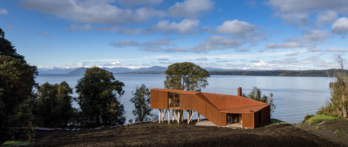 The close proximity to the lake reveals a very nice view but also exposes the house to harsh weather, hence the need for an unconventional design
