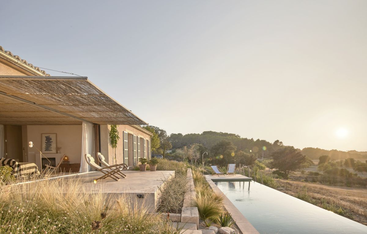 This small holiday house enjoys a beautiful relationship with its immediate surroundings