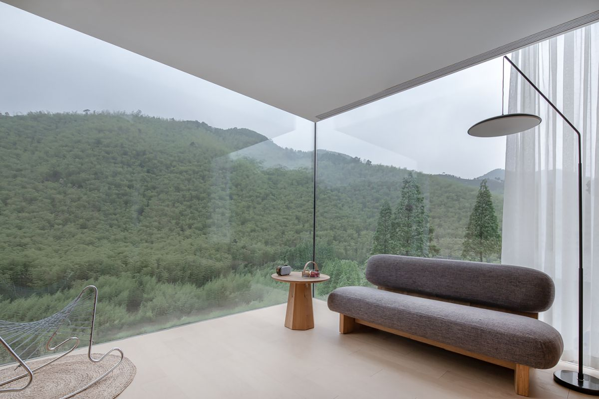There are no support columns in the corners which allows uninterrupted views across the landscape