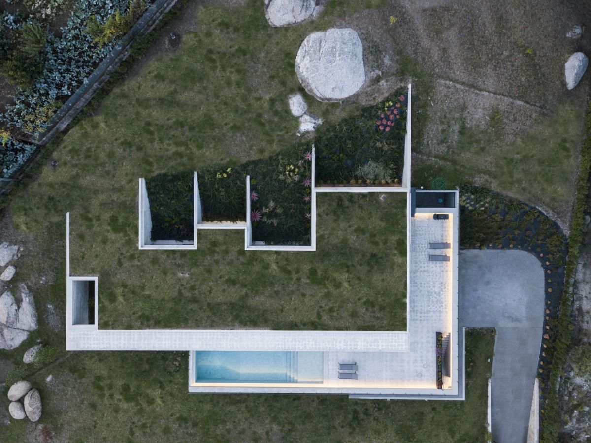 A view from above reveals the way in which the house and the slope and connected to each other