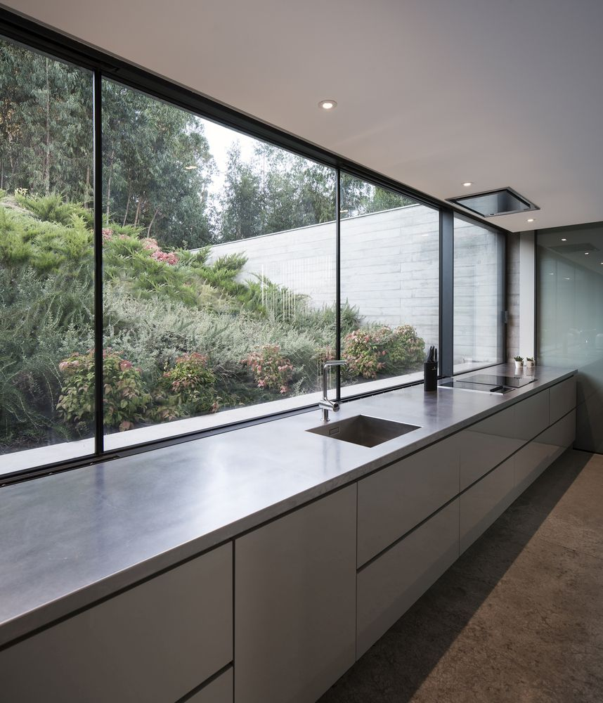 The kitchen is exposed to the exterior and takes full advantage of the natural light and the lovely view