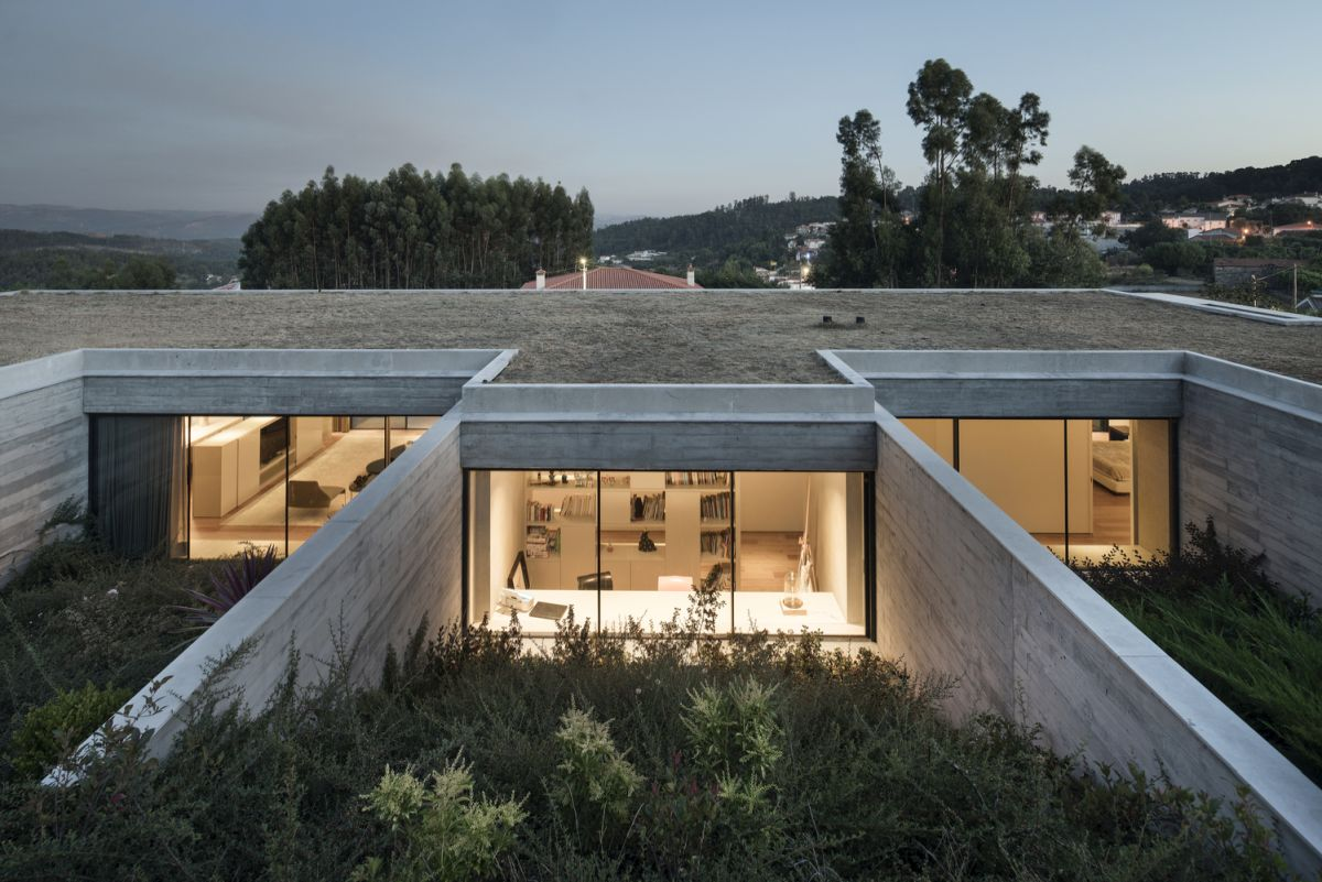 The green roof doesn't actually extend beyond the footprint of the house