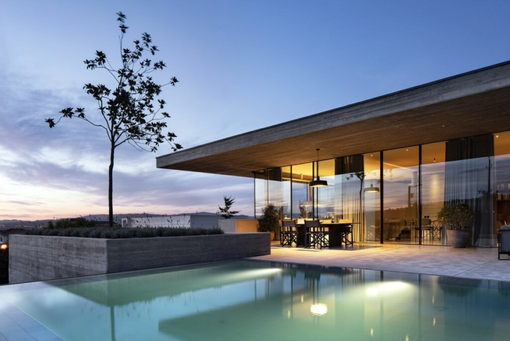 The entire rear facade of the ground floor is glazed and exposed to the backyard and the beautiful surroundings