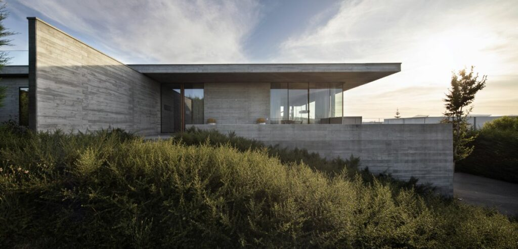 The house has a solid base which adapts to the uneven topography of the site