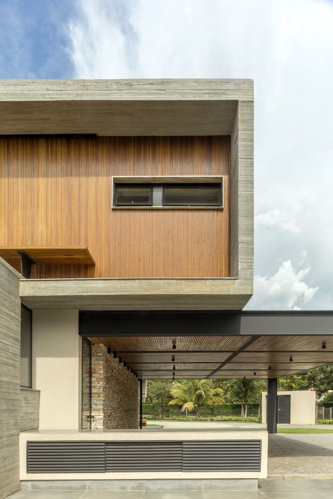 The warm wood contrasts with the rest of the materials and soften their harsh and industrial nature