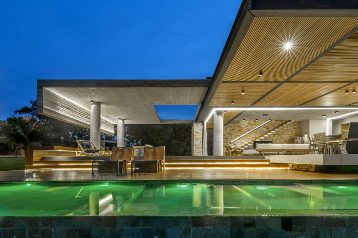 The ground floor maintains a constant connection with the outdoor through a large open terrace and a covered deck