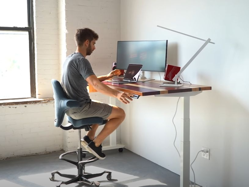 A desk for standing or sitting with a versatile design