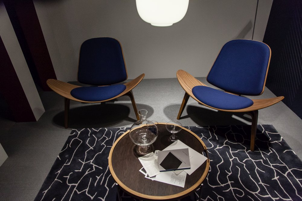 The blue on the chairs add color and character to this space without interfering with the simplicity of the decor too much