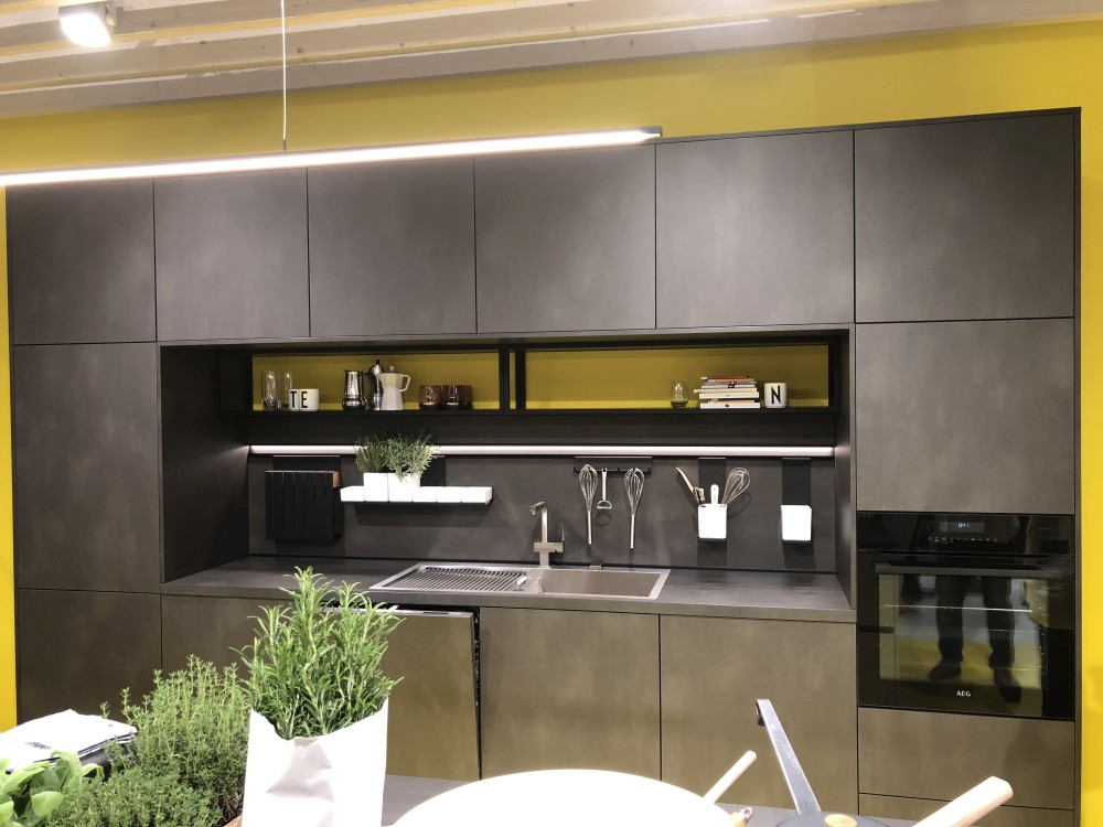 A nice and easy way to make a kitchen look more modern is by introducing a chic accent color