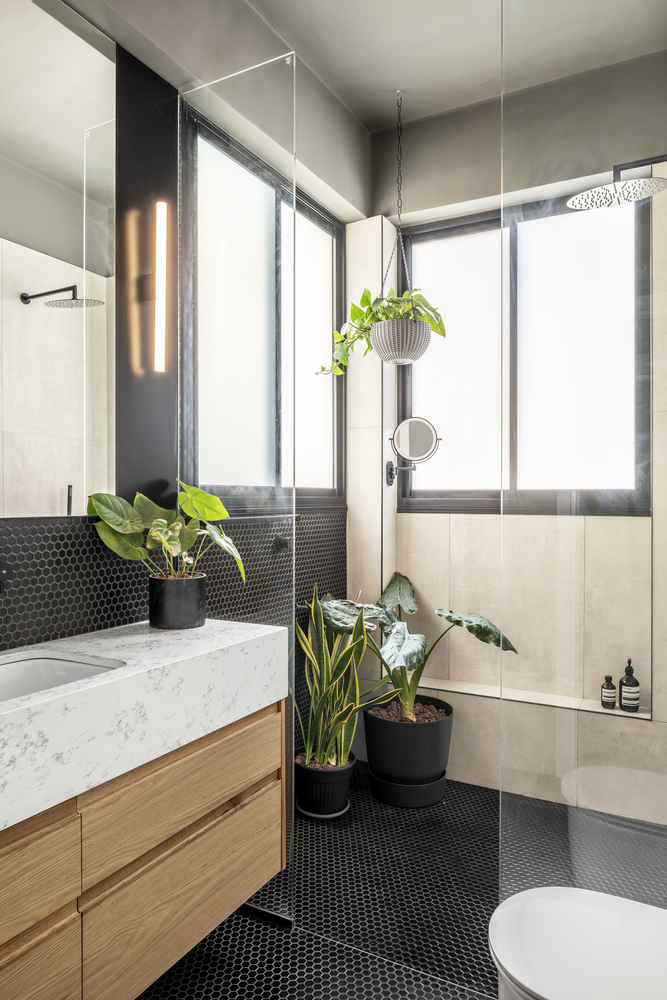 The bathroom has a very fresh and welcoming design based on warm neutrals and elegant patterns