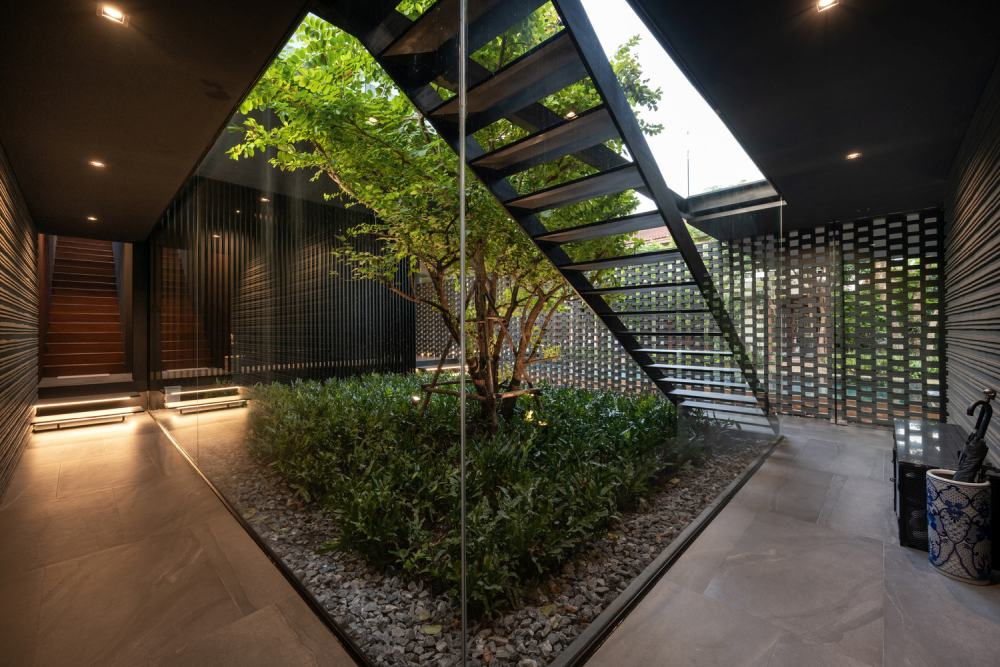 Nature also becomes part of the house itself in the form of a small interior courtyard